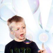 Haltbare Seifenblasen zum Anfassen - erfreut jedes Kind