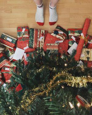 Weihnachtsgeschenke unterm Baum.