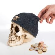 Totenkopf Spardose mit Piratenmütze