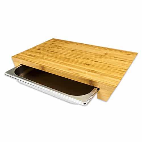 schneidebrett mit auffangbecken aus ge ltem bambus und. Black Bedroom Furniture Sets. Home Design Ideas