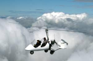 Tragschrauber in den Wolken