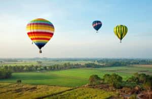 Heißluftballons über schönen Landschaft