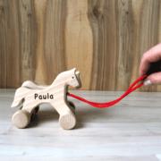 Holzpferd mit Gravur