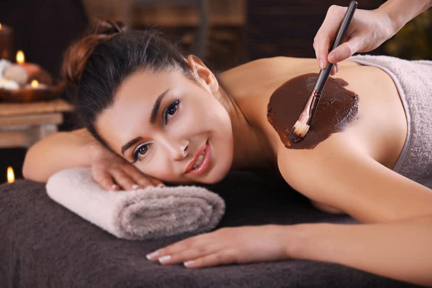 Ein schöne Frau bekommt eine kosmetische Maske im Salon